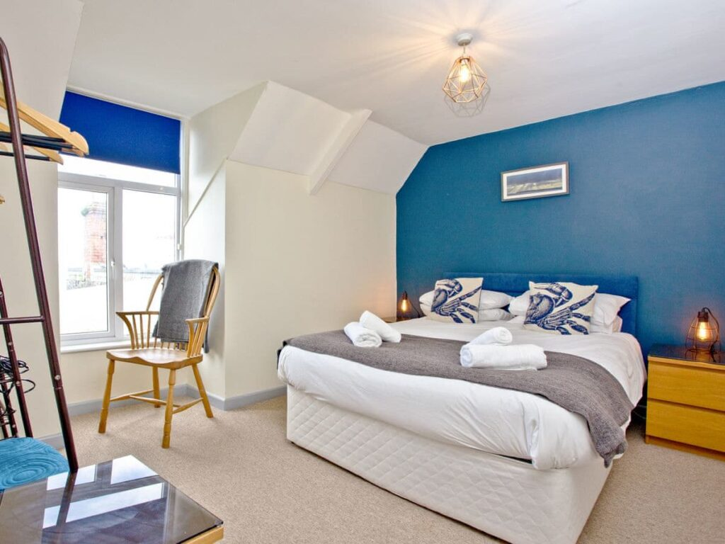 king size bedroom overlooking harbour